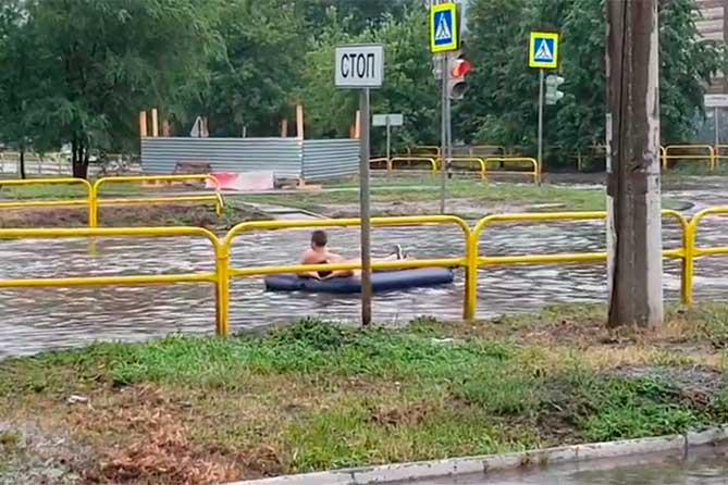 Заплыв на надувном матрасе по улице Ленина в Тольятти
