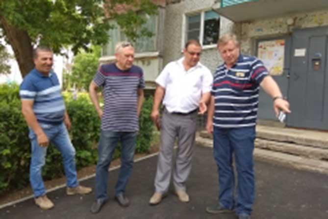 Глава Тольятти проверил благоустройство дворов в Автозаводском районе