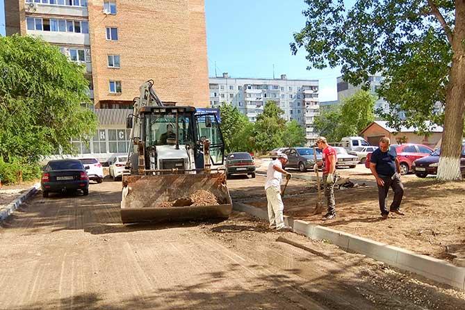 Глава города проверил ход работ по благоустройству дворов и сквера «Маяк»