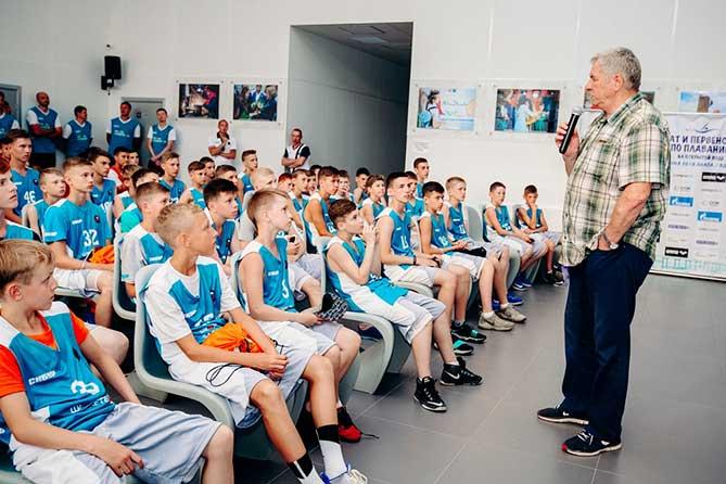Юные баскетболисты встретились с Олимпийским чемпионом Иваном Едешко
