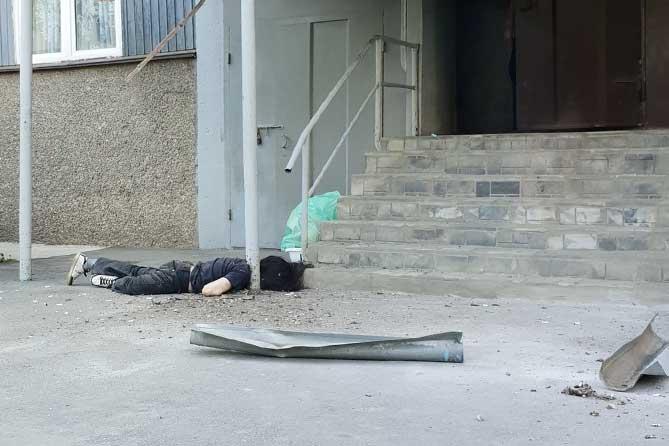 На улице Баныкина при падении с высоты погиб мужчина