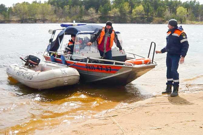 На пляже спасатели обратили внимание на девочку 10 лет