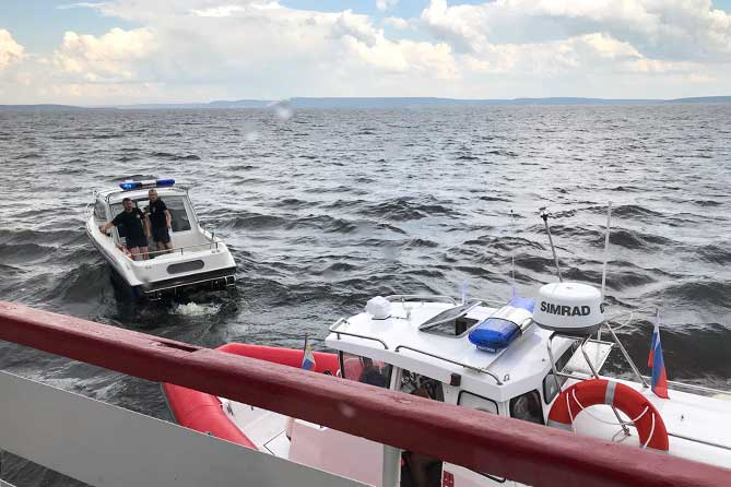 На Волге спасали семью с перевернувшейся лодки