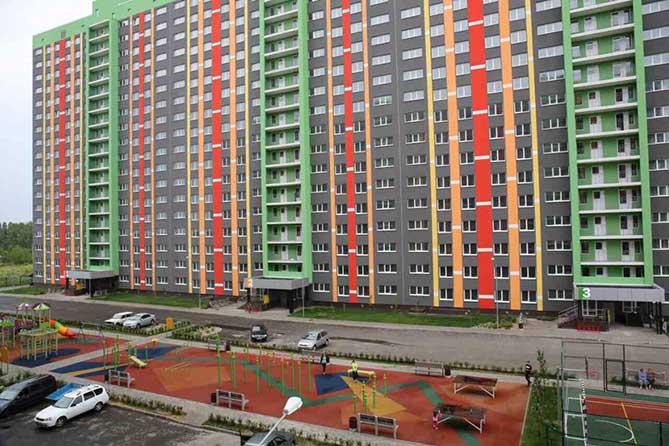 Глава региона в Тольятти вручил детям-сиротам ключи от новых квартир