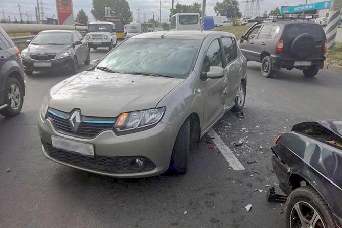Столкнулись ВАЗ-2113 и Renault Logan