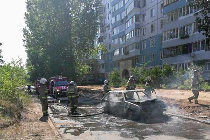 пожарные тушат машину на улице Мурысева