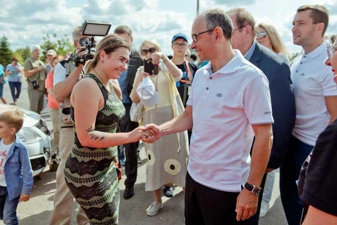 Президент ПАО ''АВТОВАЗ'' жмет руку девушке