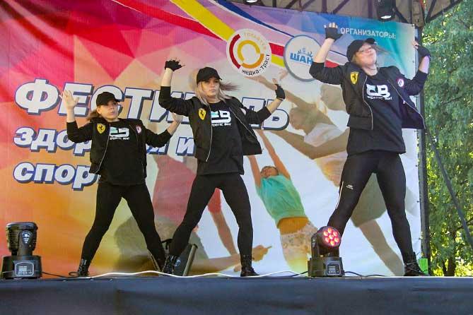 танцевальный коллекти выступает на День молодежи