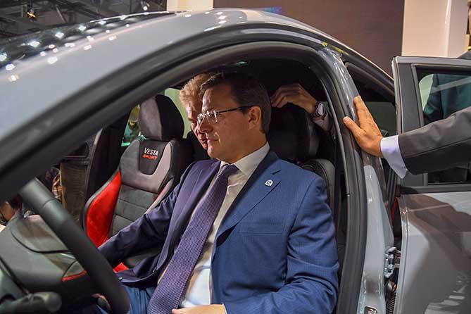 азаров проверяет новый автомобиль