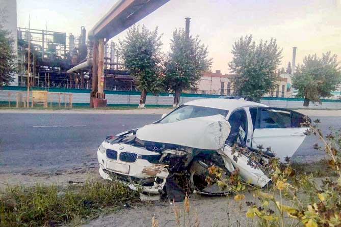 Водитель допустил наезд на опору трубопровода на улице Ларина