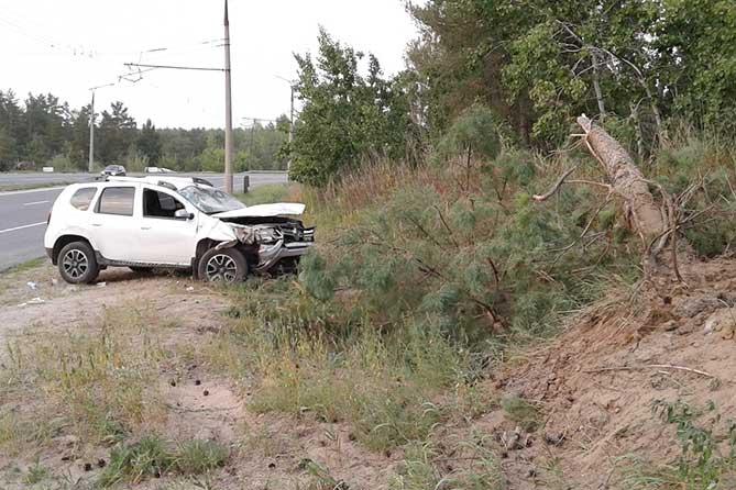 На Поволжском шоссе автомобиль наехал на остановку, дерево и перевернулся