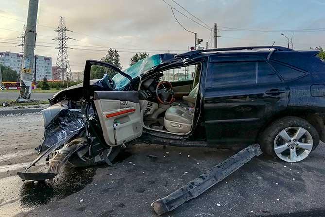 В ночном ДТП в автомобиле Lexus пострадали два человека