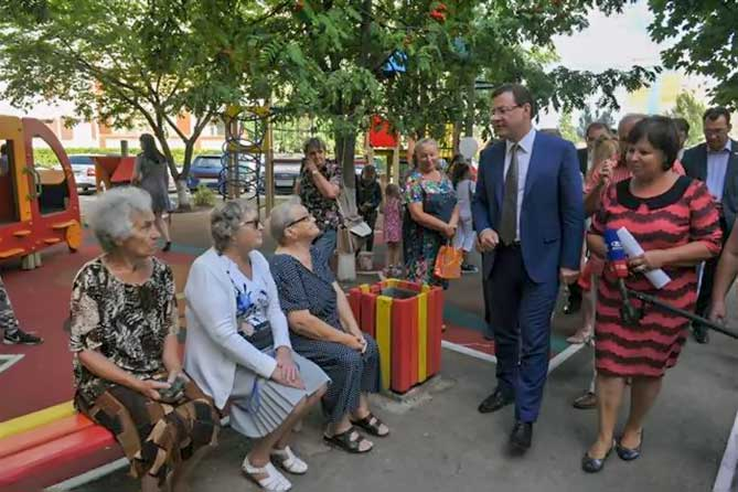 Дмитрий Азаров посетил тольяттинский двор в Автозаводской районе