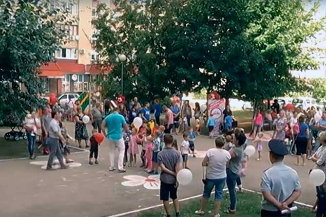 Тольяттинцы приняли участие в создании новой детской площадки у себя во дворе