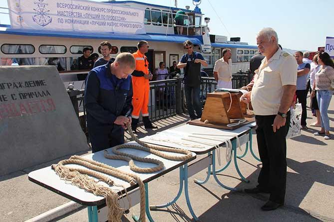 матрос участвует в конкурсе профмастерства в речном порту
