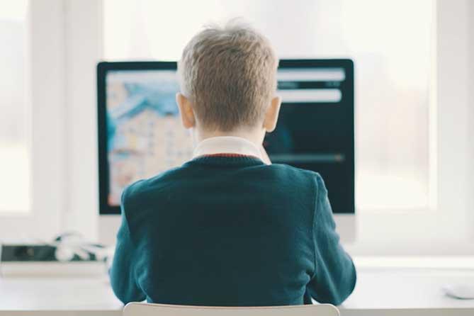 мальчик обучается за компьютером