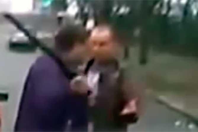 Из автомобиля выскочил мужчина с дубинкой