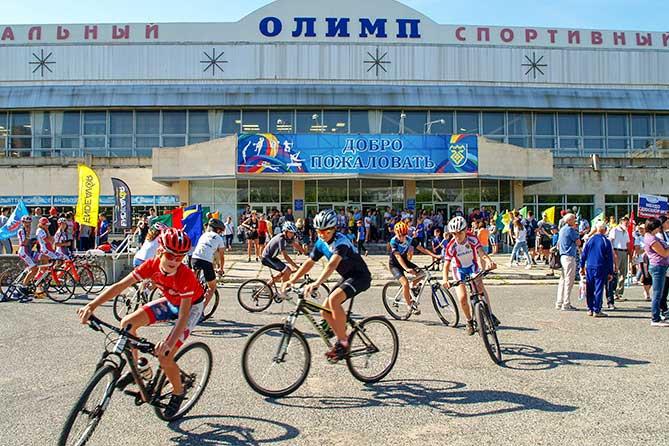 """юные велосипедисты возле УСК """"Олимп"""""""