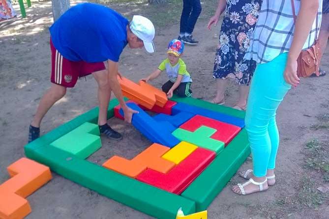 дети играют в тетрис в Центральном парке