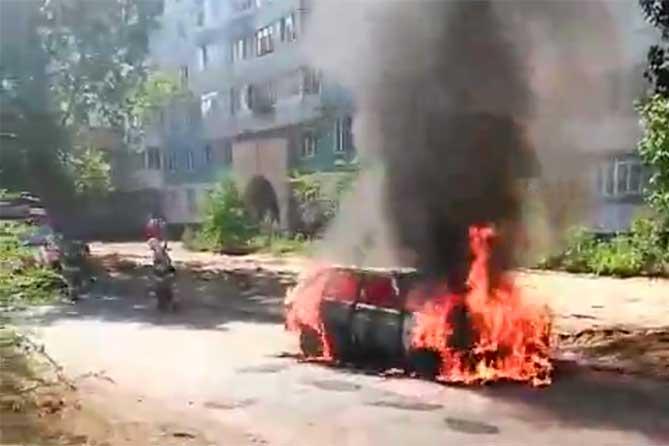 На улице Мурысева загорелся автомобиль