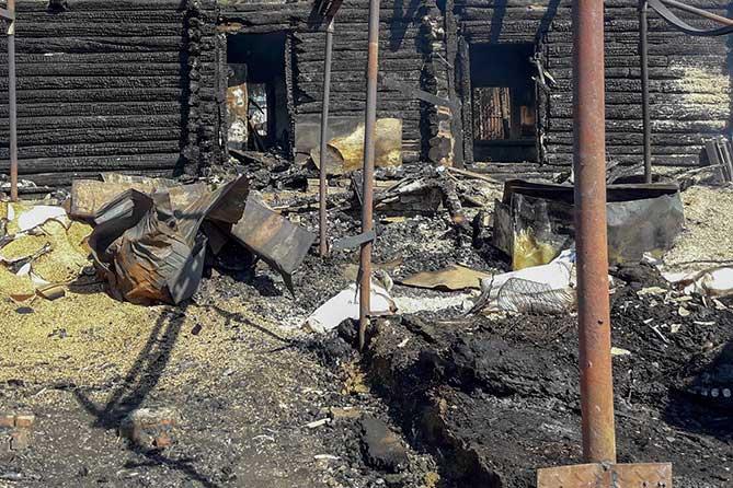 сгоревший дом стоит