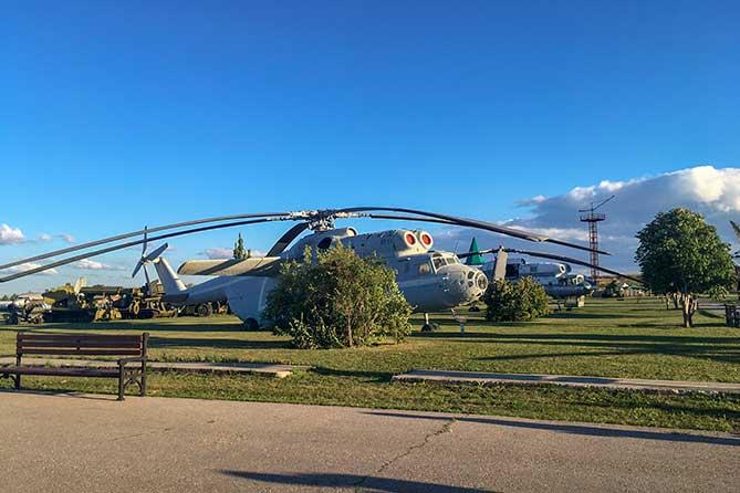 вертолет стоит на поле