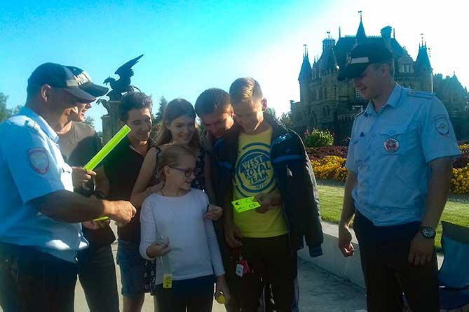 Замок Гарибальди: Отдыхающие получили в подарок от Госавтоинспекции световозвращающие браслеты