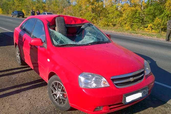 Водитель серьезно пострадал: Отлетевшее колесо Газели пробило лобовое стекло