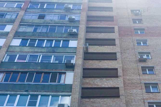 С одного из этажей дома на улице Мира упала женщина
