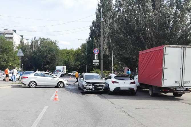 Водитель, не имеющий водительских прав, сбил пешехода и столкнулся с двумя автомобилями