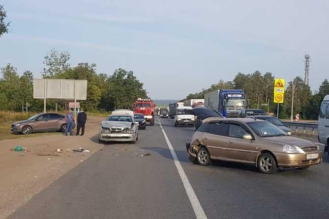 Автомобиль BMW сбил насмерть стоявшего на обочине водителя