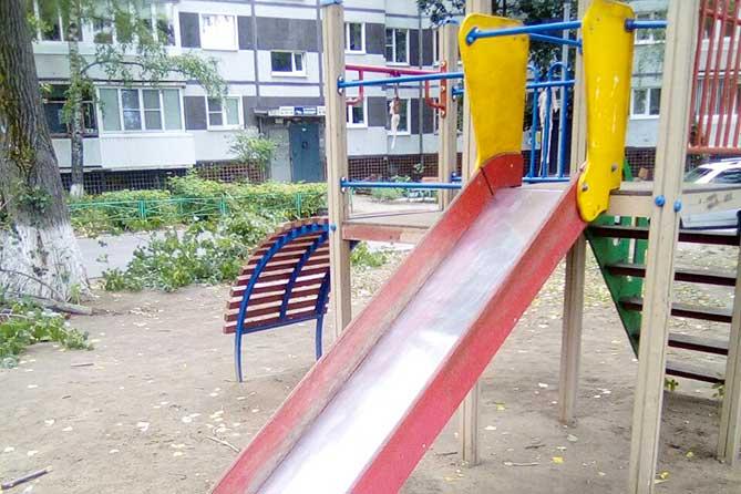 В Тольятти спасали малыша, голова которого застряла в конструкции детской горки