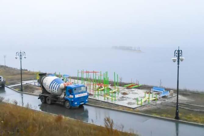заканчивают стройку спортплощадки на набережной Комсомоьского района