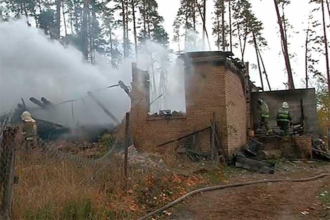 8 детей спасали из горящего дома