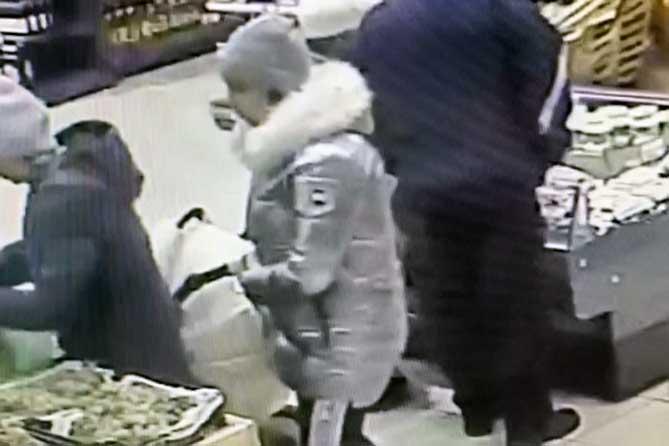 В Тольятти у женщины украли кошелек из сумки, висевшей на коляске