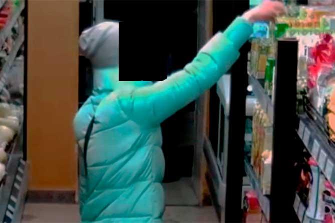 Сотрудники магазина в Тольятти удерживали 21-летнюю девушку до приезда полиции