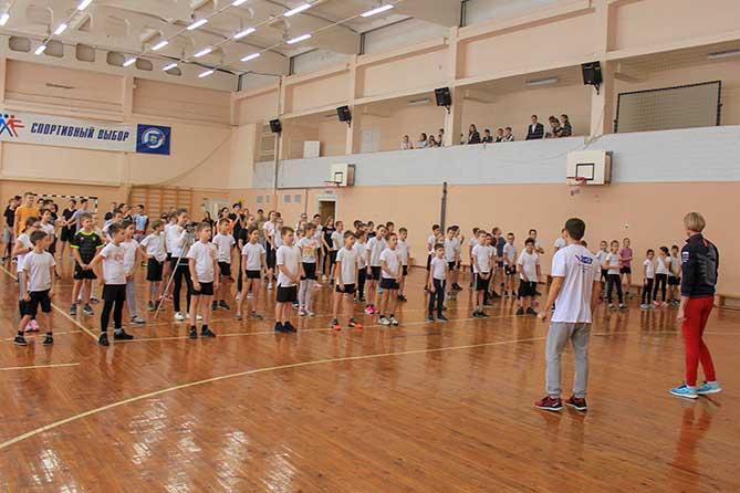 Олимпийская чемпионка провела урок физкультуры в школе Тольятти