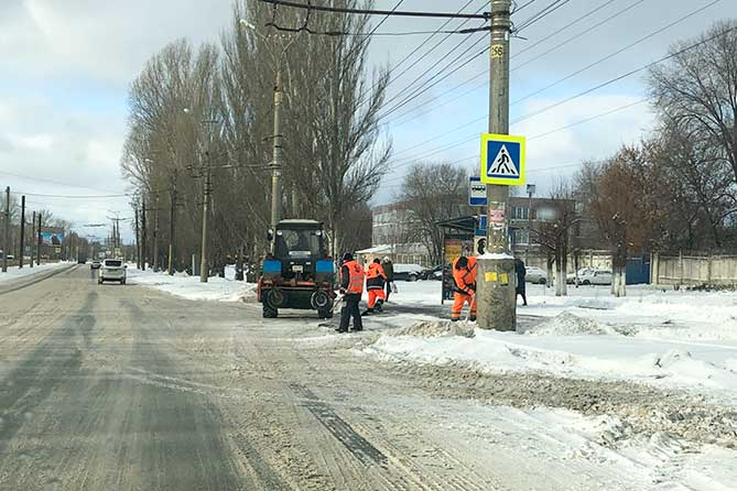Последствия снегопада на дорогах Тольятти устраняют 67 единиц техники