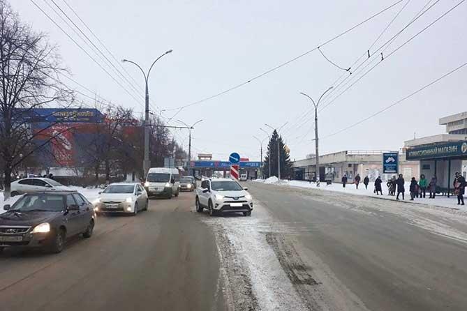 На улице Революционной под колеса автомобиля попала 16-летняя девушка