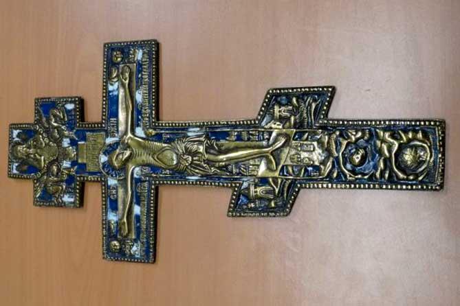 В аэропорту в багаже пассажира был обнаружен старинный крест