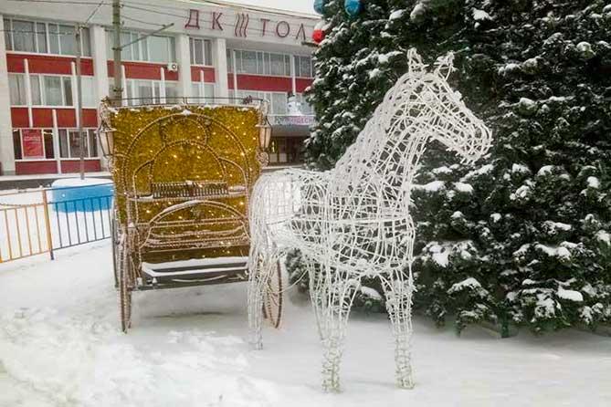 Мужчины, укравшие новогоднюю композицию в виде лошади с Центральной площади Тольятти, попали на видео