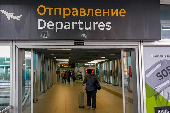 Рекорд за пять лет: Сколько человек уехали из России