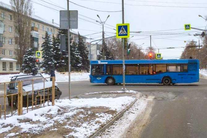 В Тольятти на улице Ленина столкнулись автобус с двадцатью пассажирами и легковой автомобиль