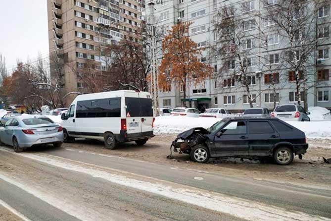 В Тольятти в ДТП на улице Дзержинского пострадала девушка-пассажир микроавтобуса