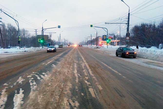 Переходил дорогу на красный свет: На Южном шоссе под колеса автомобиля попал пешеход
