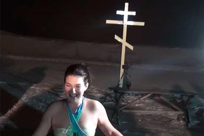 Жители Тольятти окунулись в Волгу на Крещение 2019