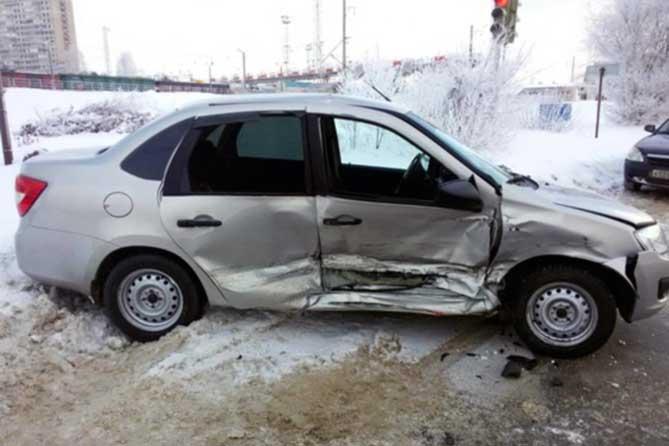Выехал на красный свет: женщина-пассажир госпитализирована в больницу