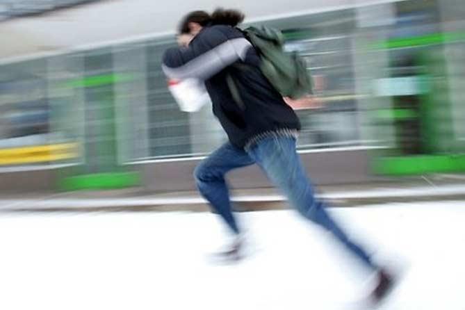 37-летний мужчина выбежал из квартиры знакомого