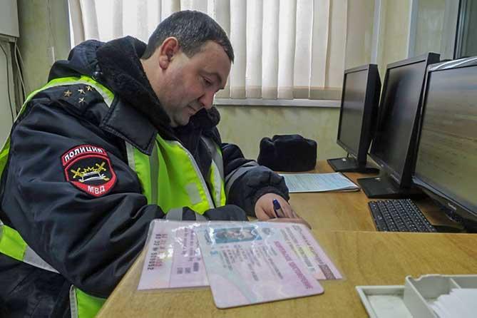 В Тольятти на улице Дзержинского сотрудники полиции остановили 33-летнего водителя