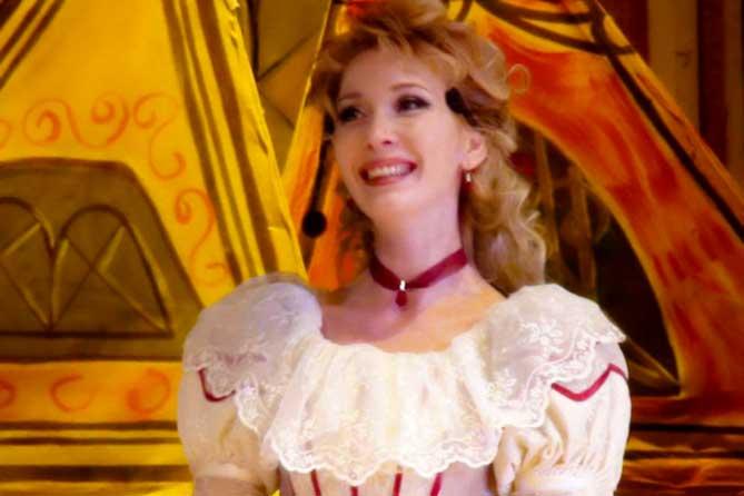 Актриса театра «Секрет» Вера Перцова, красивая лирическая героиня и бессменная Снегурочка, мечтает о роли Жанны Д'Арк